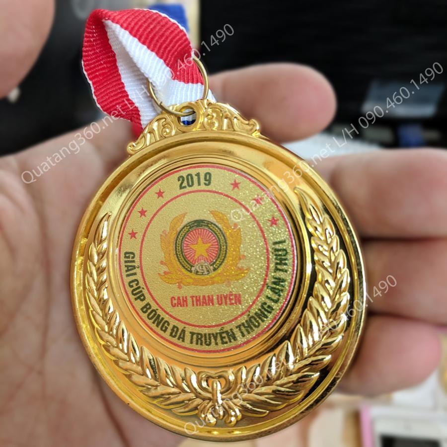 huy chương vàng trao giải